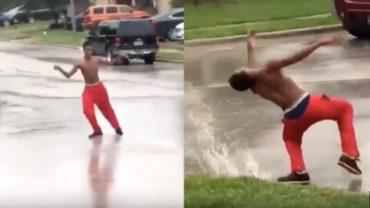 Gdy w Teksas uderzył huragan Harvey, ludzie uciekli, lub skryli się w domach. Ten chłopak wcale się jednak nie przestraszył, wyszedł na ulicę i zaczął tańczyć…