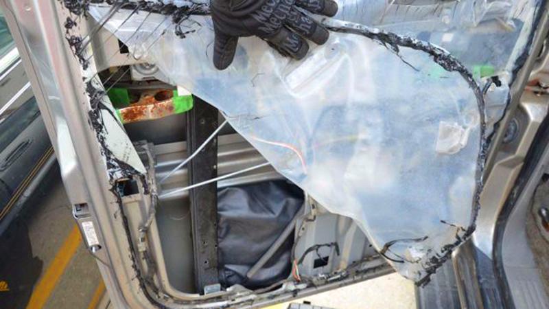 Mężczyzna kupił używany samochód. Kiedy zerwał plastikowy panel znajdujący się na drzwiach, nie mógł uwierzyć własnym oczom!