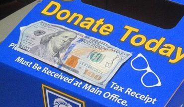 Tajemniczy mężczyzna chowa pieniądze w artykułach codziennego użytku. Podpisuje banknoty jednym konkretnym słowem!