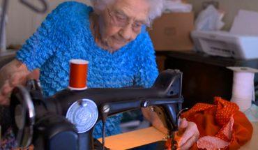 """""""Nie jestem za stara, aby pracować"""" — mówi z uśmiechem 100-letnia krawcowa! Kobieta szyje sukienki dla biednych dziewczynek z Afryki"""