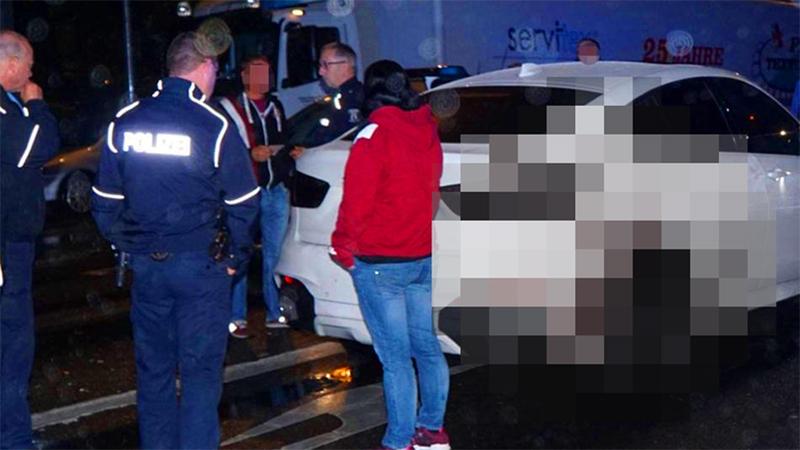 Makabryczna naklejka na tym samochodzie postawiła policję w stan gotowości! Nie uważacie, że kierowca trochę przesadził?