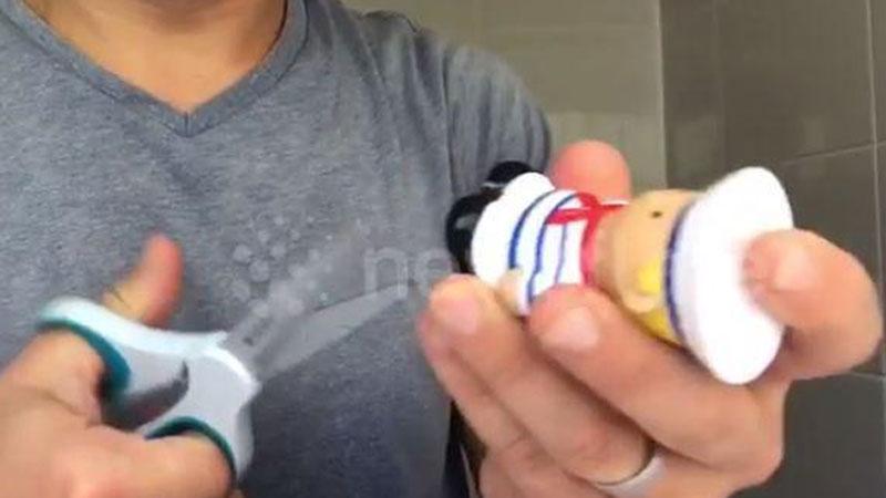 Ojciec rozciął gumową zabawkę do kąpieli swojej córeczki. Jej wnętrze zatrwoży każdego rodzica!