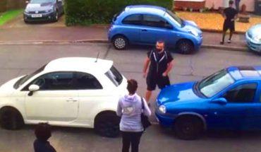 Strongman się wściekł, gdy zobaczył, że ktoś zablokował samochód jego ciotki. Zareagował natychmiast! Aż pospadały mu buty!