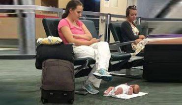 Matka położyła dziecko na ziemi, a sama zajęła się swoją komórką. Internauci nie pozostawili na niej suchej nitki