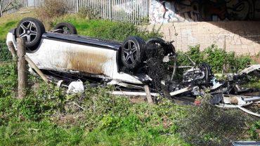 Gdy ludzie, widzący wypadek i stan samochodu podbiegli, by pomóc nie spodziewali się, że znajda kogoś żywego! To, co zastali to prawdziwy cud!