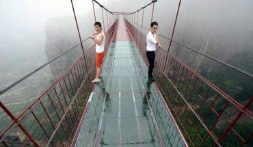 Słynny szklany most w Chinach pęka pod stopami turystów! Sekundy grozy zarejestrowano na filmie