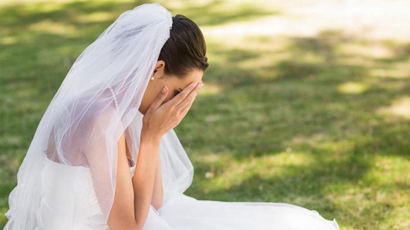 Po nieudanym małżeństwie, które zakończyło się na miesiącu miodowym, pozostała jej suknia ślubna, teraz postanowiła ją sprzedać i do oferty dołączyła świetny opis sytuacji