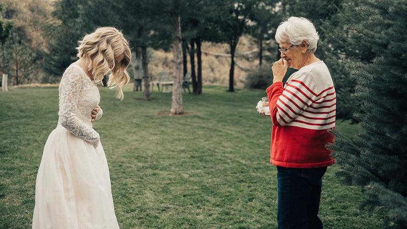 Wnuczka włożyła na ślub suknię sprzed 55 lat, reakcja babci - wcześniejszej właścicielki - mówi wszystko