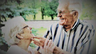 Zakochanie nie kończy się, gdy pojawiają się zmarszczki i siwizna. To codzienna radość i małe przyjemności. Patrzcie tylko na tę parę!