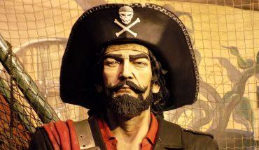 Kapitanowi statku skradziono cenne przedmioty. Zapoznaj się ze wskazówkami i pomóż mu rozwiązać zagadkę. Złodziej czai się wśród załogi okrętu
