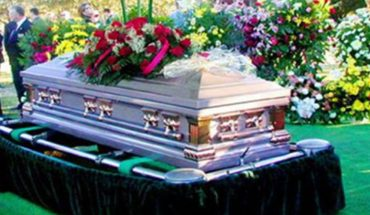 Na pogrzebie rozległ się cichy płacz dziecka, a kwilenie zdawało się dobiegać z trumny. Gdy grabarze podnieśli wieko, w środku znaleźli niemowlę!
