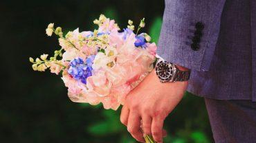 Przystojny mężczyzna kupił 4 pudełka czekoladek i 4 bukiety kwiatów. Kasjer przewrócił oczami i zadał mu bardzo niedyskretne pytanie!