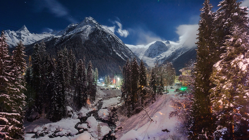 Kraina Lodu istnieje naprawdę! Leży w Rosji u podnóża surowych szczytów Kaukazu, a jej krajobrazy zapierają dech w piersiach