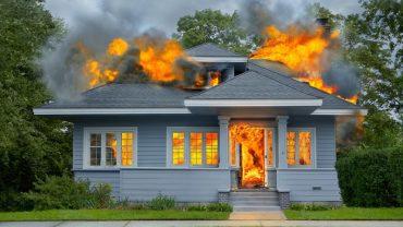 Mężczyzna próbował zabić pająka przy użyciu…palnika gazowego. Insekt zdołał mu uciec, za to dom doszczętnie strawiły płomienie