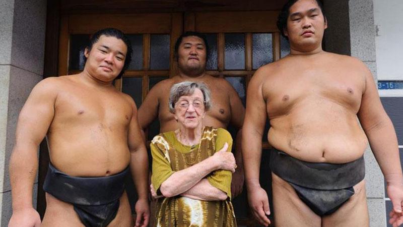Jest drobną i niepozorna staruszką, która otacza się 200-kilowymi mężczyznami! To, czym się zajmuje zaskakuje wiele osób