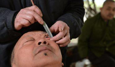 """""""By dostrzec piękno świata, należy oczyścić oczy"""" – mówi Gaowu. Mężczyzna jest fryzjerem gałek ocznych. Od tego, co robi aż skóra cierpnie"""
