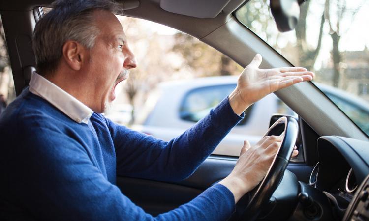 Opublikowano listę 25. najbardziej irytujących zachowań na drodze. Sprawdź, co złości kierowców i czy samemu tego nie robisz