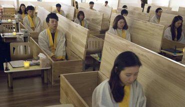 W tej szkole zamiast ławek są trumny. Uczniowie leżą w nich, by się przekonać, że życie jest cenne i wartościowe