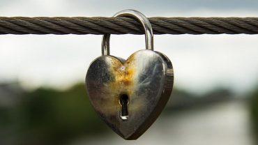 Kłódki z imionami zakochanych wiszą na mostach całego świata. Skąd wziął się ten zwyczaj? Są na ten temat 2 teorie