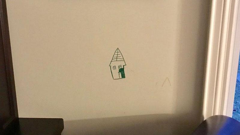 Kiedy dziecko porysowało ścianę, mama nie wściekła się, tylko zrobiła coś, co sprawiło, że rodzice z całego świata przesyłają sobie to zdjęcie