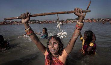 """""""Festiwal duchów"""" nad rzeką Kamala to okrutne święto Nepalczyków. Centralnym punktem jego obchodów jest dotkliwe bicie kobiet kijami"""
