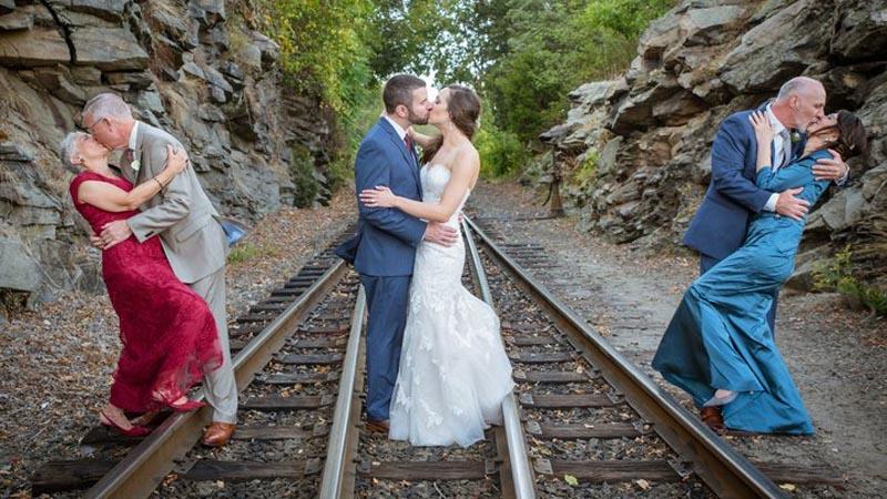 Nowożeńcy wzięli na swą sesję ślubną rodziców. Zrobili to z jednego, szczególnego powodu