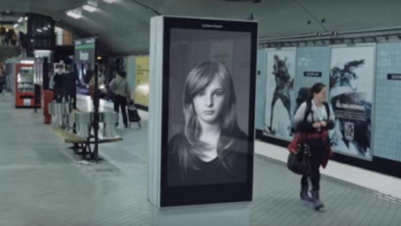 Ten billboard wygląda jak zwykła reklama, ale w rzeczywistościma znacznie ważniejszą misję... Wobec tego przekazu nie można przejść obojętnie