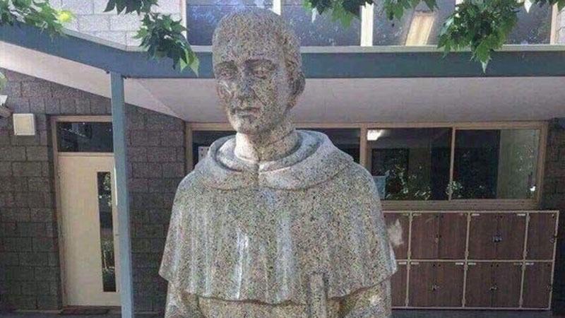 Figura świętego miała pokazać jego dobroduszność, a wywołała zgorszenie. Czy faktycznie była taka dwuznaczna?