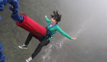 Oto skakanie z mostu level master! Zobaczcie, jak 245 osób jendoczęsnie rzuca się z wysokiej przeprawy nad rzeką