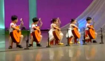 """Choć chodzązaledwie do przedszkola, to już grają jak zawodowi muzycy! Niestety za """"sukces"""" tych dzieci odpowiada terror koreańskiego reżimu"""