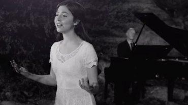"""Niezwykłe połączenie melodii pieśni """"Ave Maria"""" i kolędy """"Cicha noc"""". Piękno głosu młodej wokalistki zabiera wręcz do innego świata"""