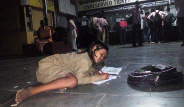 Bosa dziewczynka co wieczór przychodzi na dworzec kolejowy. Ludzie nie mogą się nadziwić temu, co ją tu przyciąga