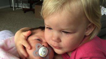 Dziewczynkę obudził płacz maleńkiej siostry. Wstała więc, podeszła do wózka i zrobiła to…