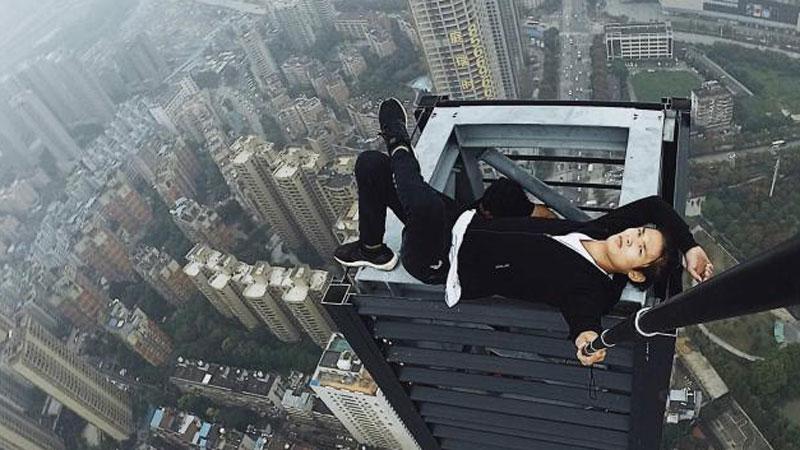 Po raz kolejny chciał zaskoczyć internautów akrobacjami na wysokościach. Niestety tym razem powinęła mu się noga i runął w dół z 62 piętra!