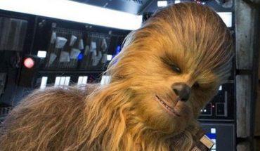 """Kto kryje się pod włochatą maską Chewbacci w najnowszej części """"Gwiezdnych wojen""""?  Zdradzamy tajemnicę, że to niezły przystojniak"""