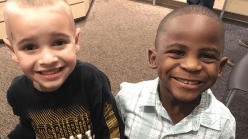 Za tym zdjęciem uśmiechniętych przyjaciół kryje się pewna historia, która pokazuje, w jak cudowny sposób dzieci patrzą na świat i otaczających ich ludzi