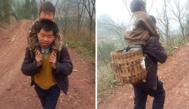 Codziennie przez 30 kilometrów nosi niepełnosprawnego syna na plechach, by ten mógł się uczyć. Czy można o lepszy dowód rodzicielskiej miłości?