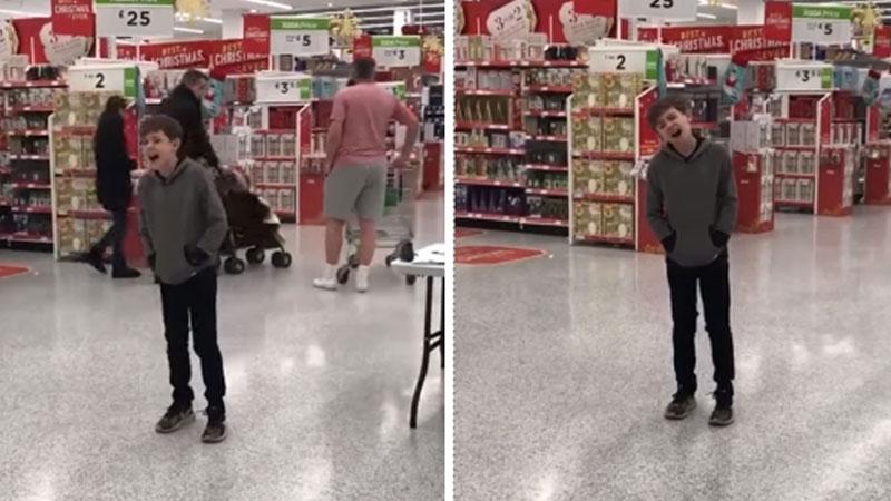 Kalumma autyzm, a najbardziej uspokaja go muzyka. Kiedy więc zdenerwował się podczas zakupów, po prostu zaczął śpiewać