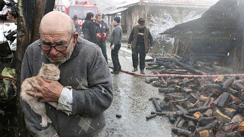 Ali Meşe stracił w pożarze cały dobytek, ale uważa się za szczęściarza, bo uratował to, co dla niego najcenniejsze