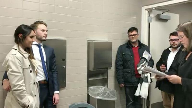 Para zdecydowała się na ślub w toalecie, niecodzienne warunki podyktowała matka pana młodego