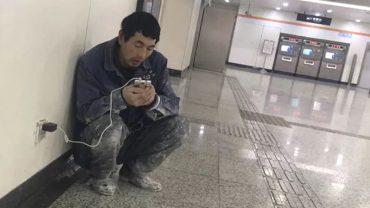 Ten mężczyzna każdego wieczoru zjawiał się na stacji metra. W końcu ktoś spytał go, czemu nie odpoczywa w domu. Padły bardzo mocne słowa