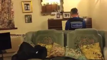 93-latek był przerażony, po tym, jak złodzieje splądrowali mu dom. Policjant, którego wezwał, pocieszył go grą na pianinie
