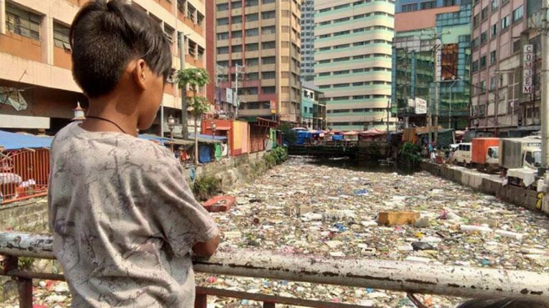 Oto widok, jaki przed hotelowym oknem miał pewien turysta odwiedzający Filipiny.Jeśli nic się nie zmieni, ten egzotyczny kraj zniknie pod górą śmieci!