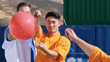 Zobaczcie, jak mnich z Shaolin przebija szybę igłą! Aby opanować tę nietypową umiejętność, potrzeba aż 10 lat treningów!