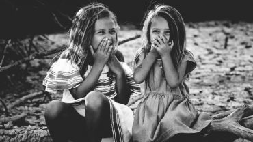 """Zabawne i klasyczne życzenia urodzinowe dla siostry. Skorzystaj z naszej """"ściągi"""""""
