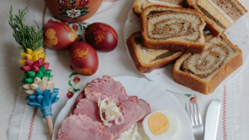 Jak nie przytyć w święta, czyli liczymy kalorie najpopularniejszych wielkanocnych potraw i podpowiadamy, jak zmniejszyć ich ilość