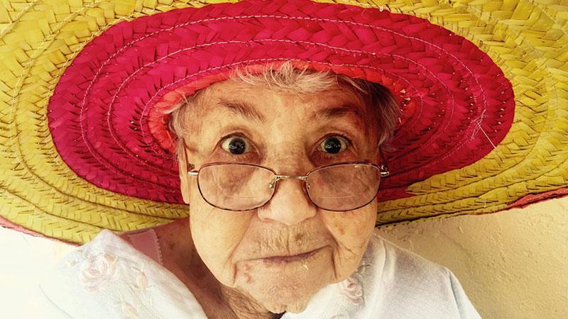 Badania dowodzą, że samotne kobiety w starszym wieku są zdrowsze i szczęśliwsze niż ich zamężne koleżanki. Czy warto być leciwą singielką?