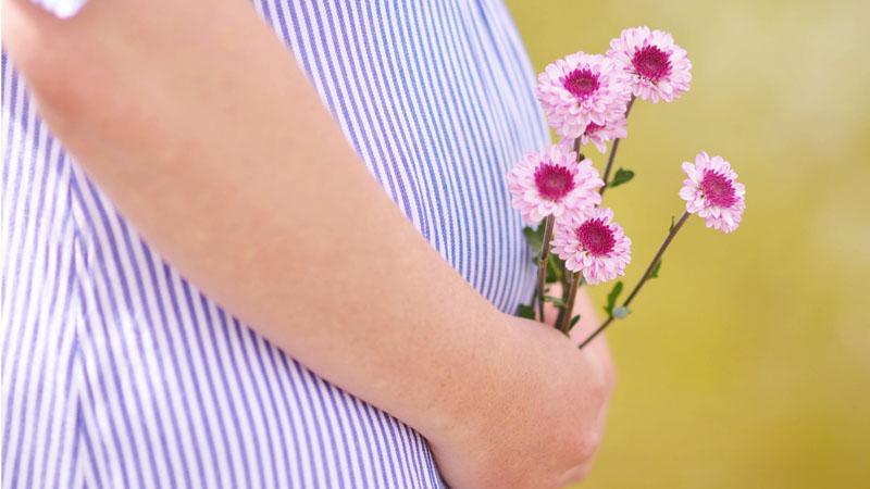 Ciąża nie lubi się z letnimi upałami. Oto garść praktycznych wskazówek, jak sobie z nimi radzić