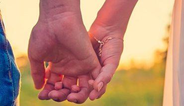 Jak trzymacie się za dłonie z partnerem? To może wiele zdradzać o waszym związku