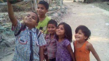 Dziecięca radość zamknięta w jednej fotografii. Z pozoru zwykłe zdjęcie, ale gdy się przyjrzymy, zobaczymy ważny szczegół…